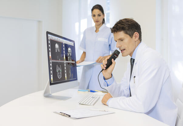smp3700_philips-speechmike-premium-touch_male_physician-at-desk_2375